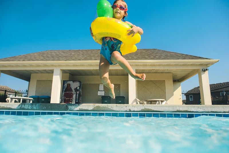 piscina pregatita pentru vara